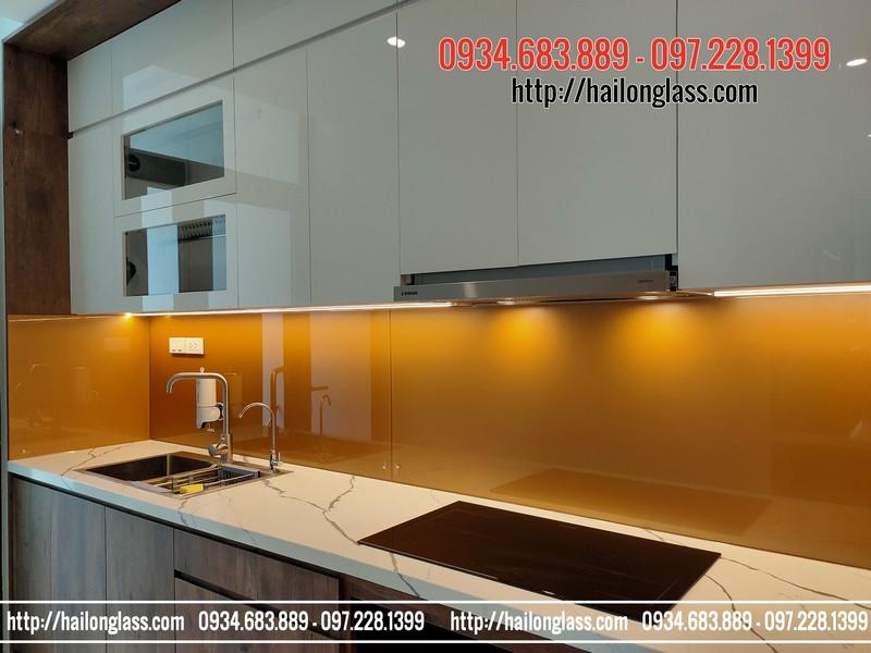 Có nên sử dụng kính ốp bếp thay cho gạch ốp tường bếp không ?
