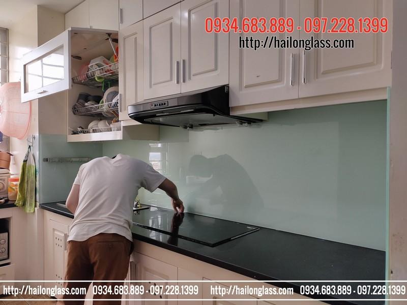 Thi công kính sơn màu ốp bếp trắng xanh kim sa tại CT3 - Ngõ 2 Phan Bá Vành