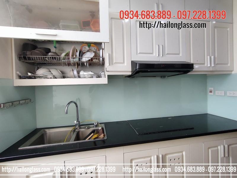Kính màu ốp bếp trắng xanh tại số 2 Phan Bá Vành