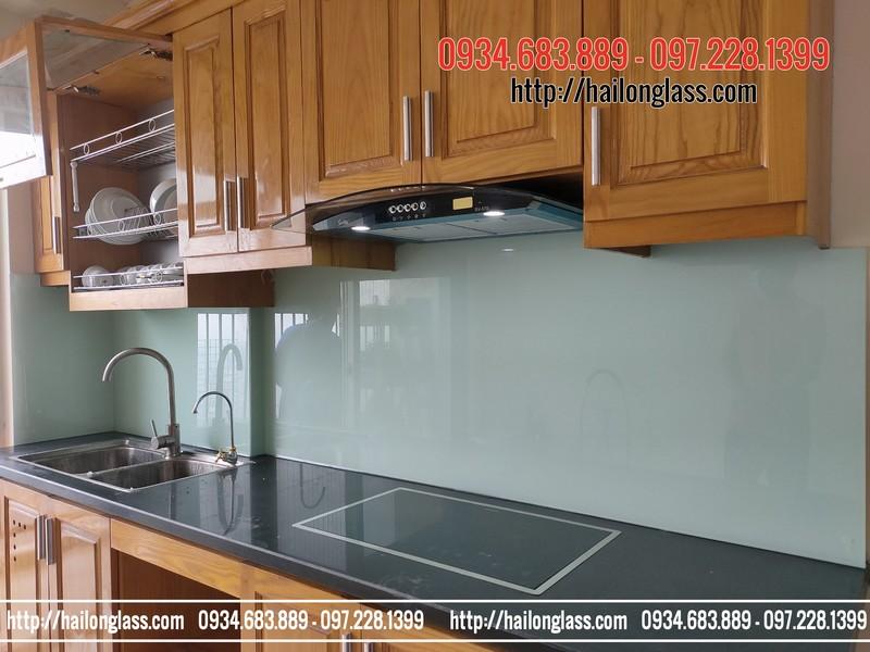 Kính cường lực ốp tường bếp màu trắng xanh kim sa tại 89 Phùng Hưng