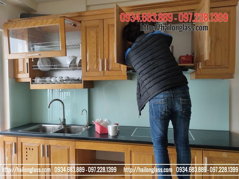 Lắp đặt kính ốp bếp màu trắng xanh kim sa tại 89 Phùng Hưng