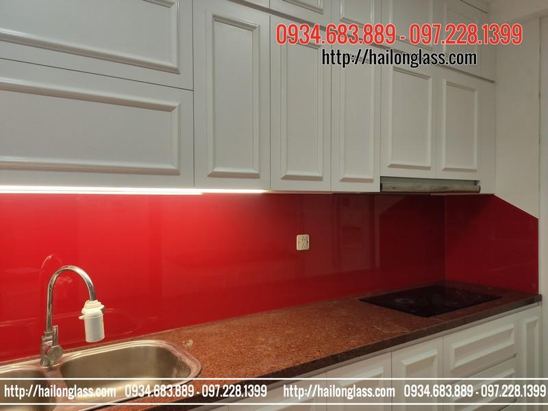 Thi công kính ốp bếp màu đỏ tươi tại R5 Royal City