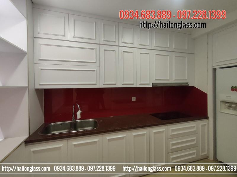 Lắp đặt kính ốp bếp màu đỏ tươi tại R5 Royal City