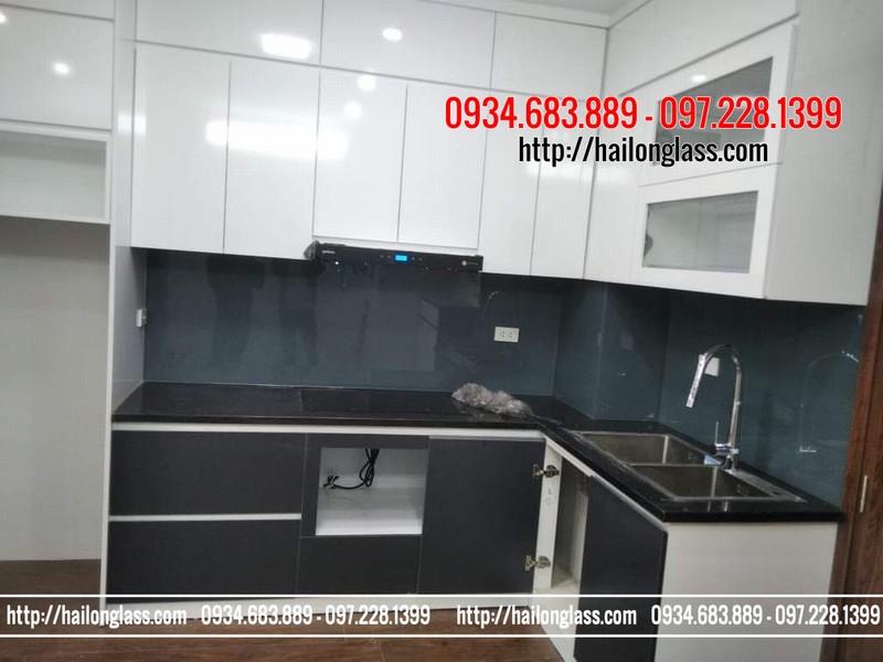 Kính ốp bếp màu ghi lắp đặt tại chung cư cạnh UBND Phúc La