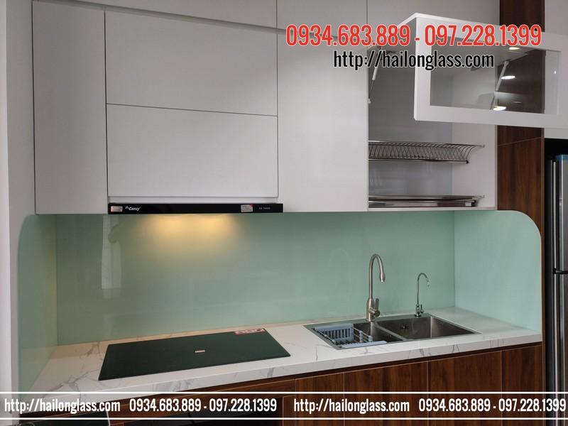Kính ốp bếp màu trắng xanh lắp đặt tại CT1A - Iris Garden Mỹ Đình