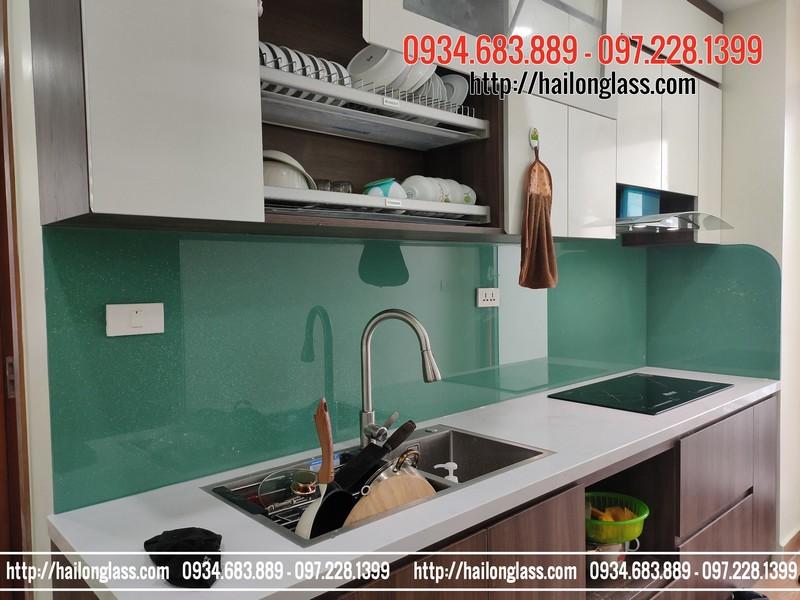 Thi công kính ốp bếp màu xanh ngọc kim sa tại chung cư Thái Hà