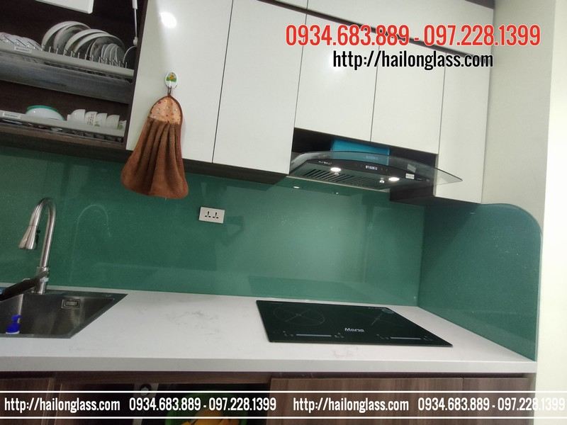 Kính ốp bếp xanh ngọc kim sa lắp đặt tại Phạm Văn Đồng