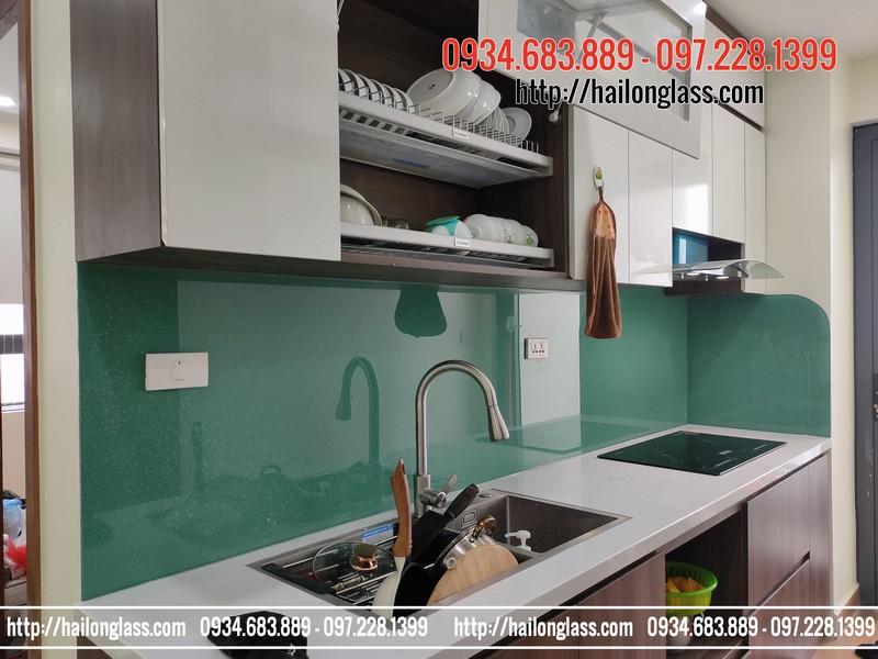 Kính ốp bếp màu xanh ngọc kim sa thi công tại CT3 - CC Thái Hà