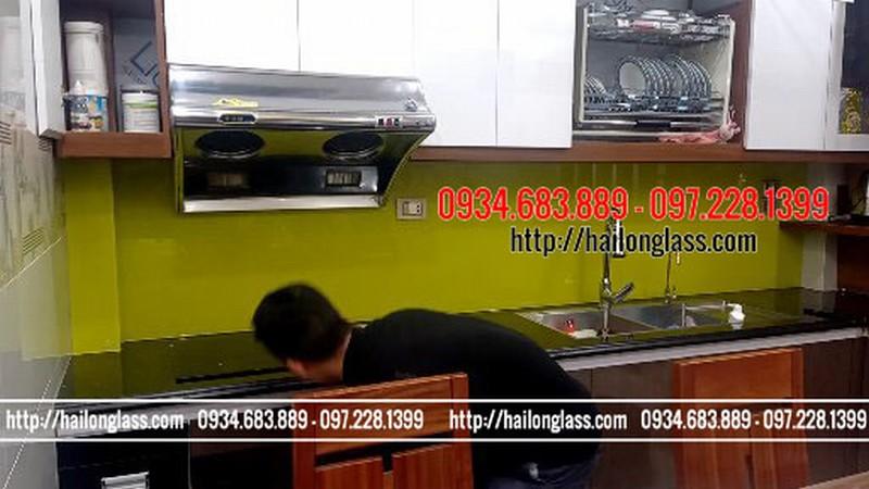 Lắp đặt kính ốp bếp màu vàng chanh tại Việt Hưng