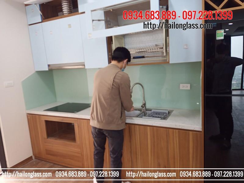 Kính ốp bếp màu trắng xanh tại MHDI Lê Đức Thọ