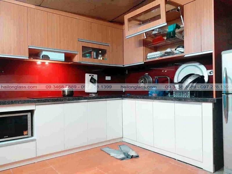 Mẫu Kính Ốp Bếp Đẹp màu đỏ vang