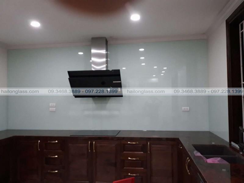 Lắp đặt kính cường lực bếp màu trắng xanh tại Khương Đình