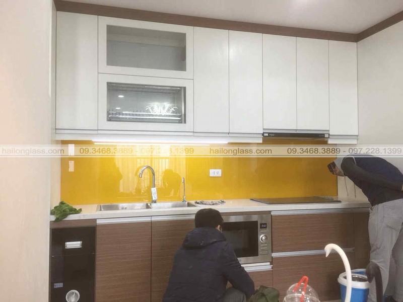 Mẫu Kính Ốp Bếp Đẹp màu vàng thư