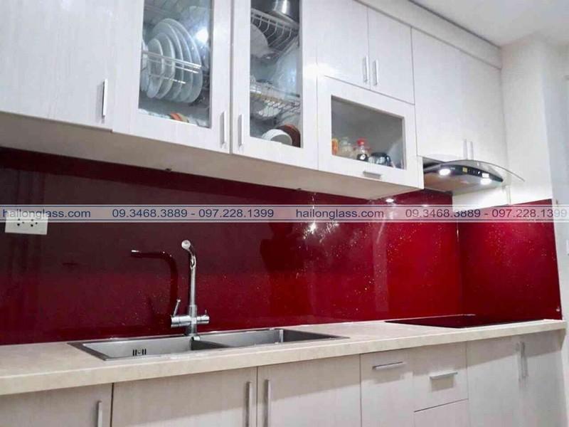 Kính màu ốp tường bếp Hải Long tinh tế và sang trọng