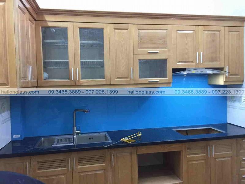 Kính ốp bếp màu xanh dương kim sa