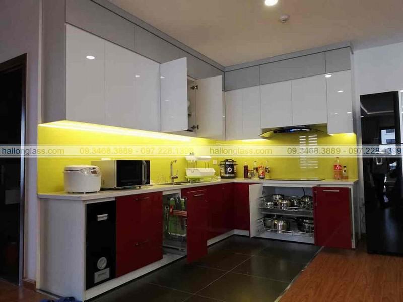 Kính ốp bếp màu vàng sữa