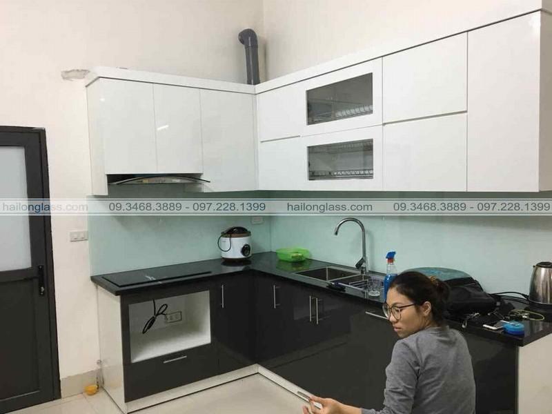 Thi Công Kính Ốp Nhà Bếp Màu Trắng Xanh tại Biên Giang - Hà Đông