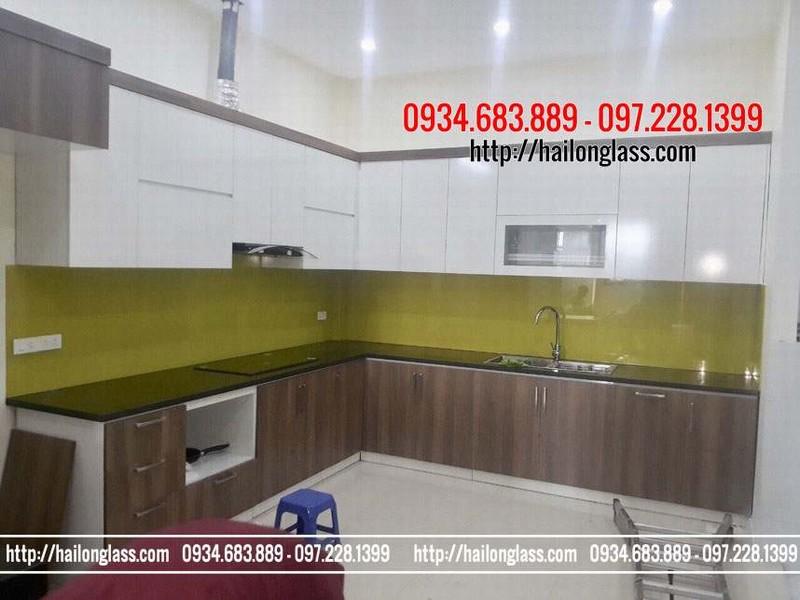 Thi công kính dán tường bếp màu vàng chanh