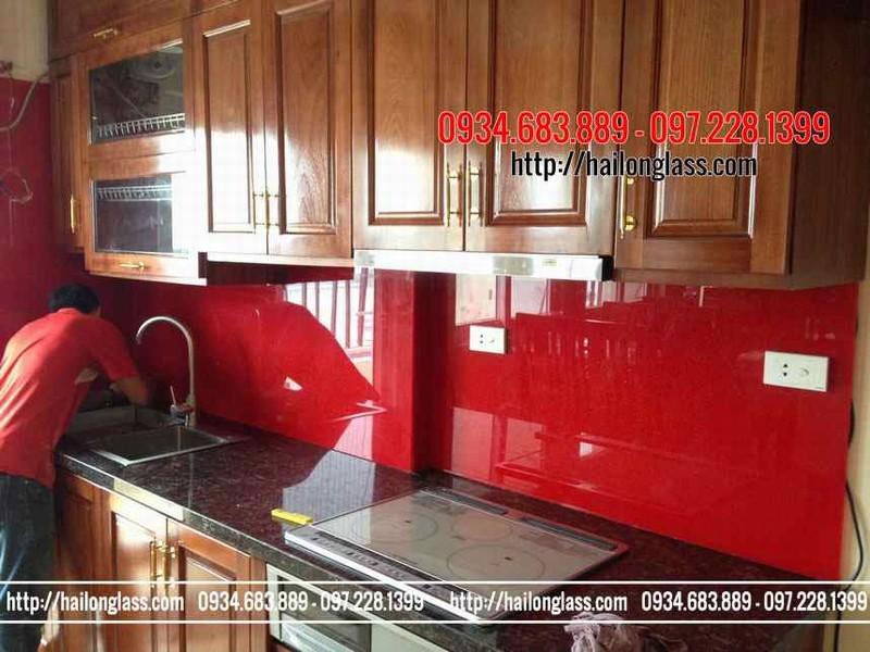 Kính ốp bếp màu đỏ kim sa