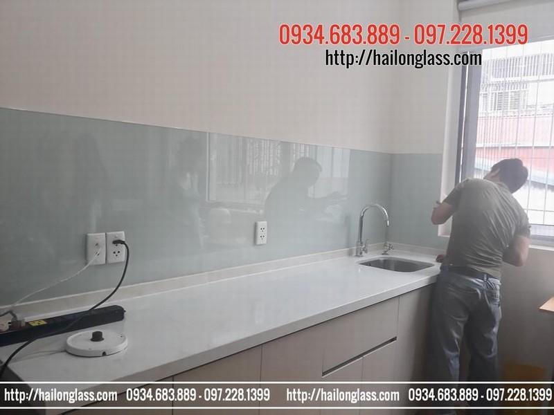 Kính ốp tường tủ bếp Hà Nội - kính ốp bếp màu trắng sữa