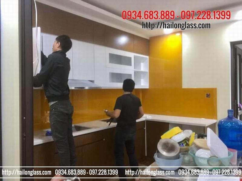 Chuyên thi công hạng mục kính cường lực ốp bếp màu vàng tại Hà Nội
