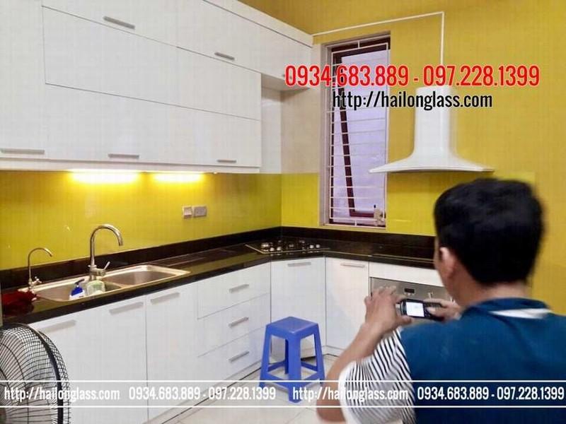 Thi công kính cường lực nhà bếp không mất nhiều thời gian - kính ốp bếp màu vàng chanh