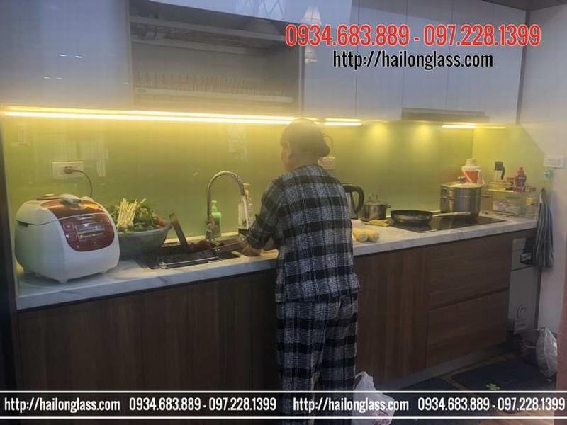 Lắp Đặt Kính Ốp Bếp Màu Vàng Sữa tại Nghĩa Tân, Cầu Giấy, Hà Nội