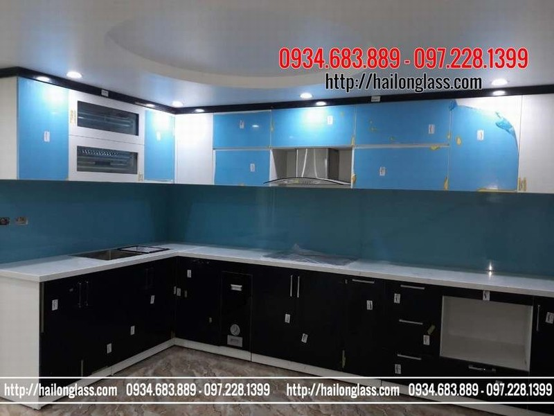 Thi công kính màu ốp bếp giá rẻ xanh lơ