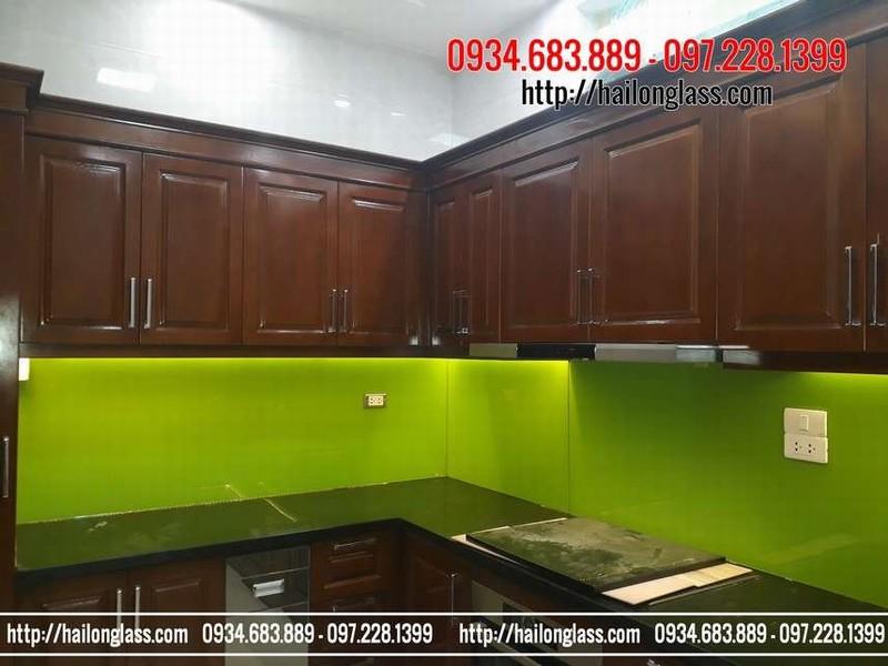 Kính ốp bếp đẹp màu xanh non thi công tại phố Nguyễn Tri Phương