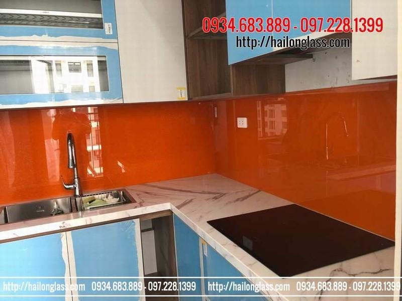 Kính ốp bếp màu cam đỏ kim sa