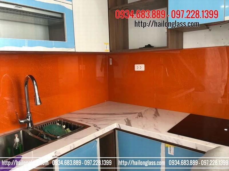 Kính ốp bếp màu cam đỏ