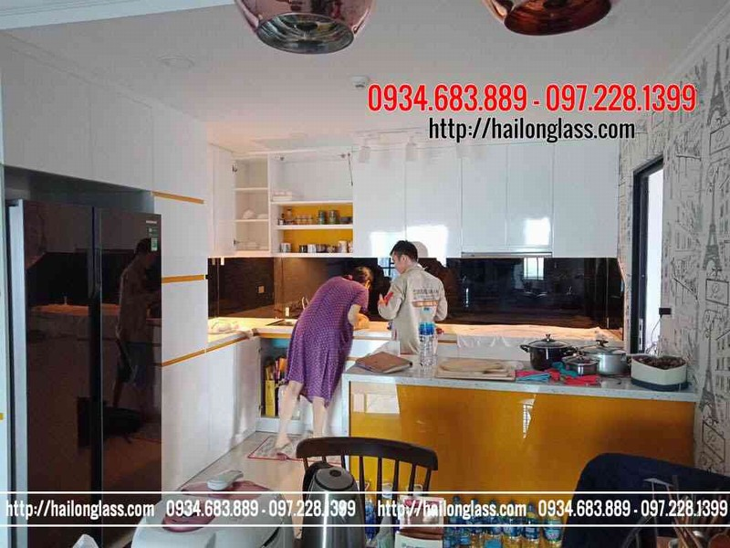 Thi công kính ốp bếp tại Hà Nội - Kính ốp bếp đen kim sa