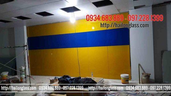 Kính trang trí văn phòng màu vàng thư kết hợp xanh lam
