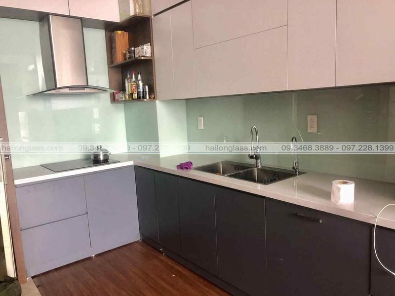 Kính ốp bếp ứng dụng của kính màu trong không gian bếp