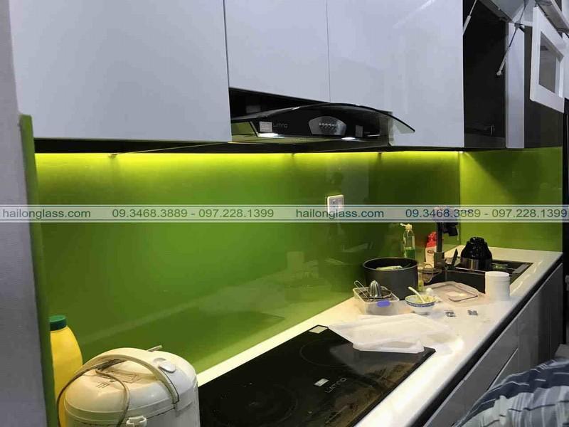 Kính ốp bếp màu xanh non tạo sự tươi mới cho căn bếp
