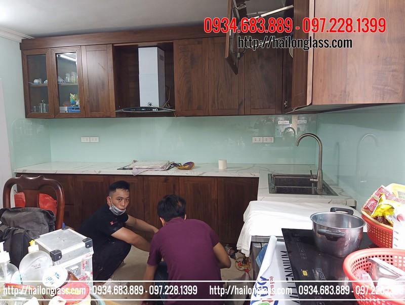 Kính Bếp Cường Lực Màu Trắng Xanh lắp đặt tại Văn Khê